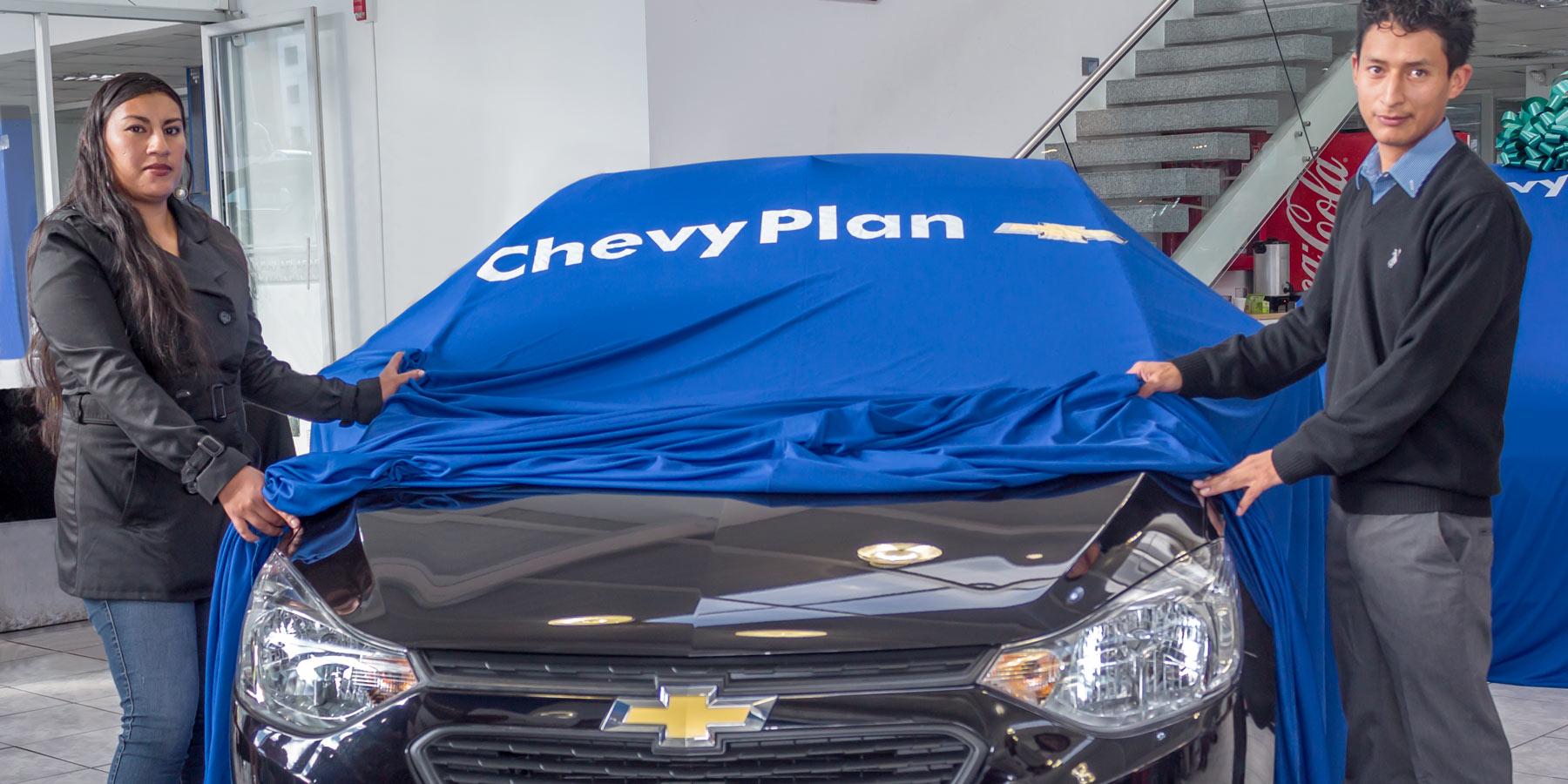 Pie de foto: (de derecha a izquierda) Wilson Morocho, Planificador de un Chevrolet Sail en la Asamblea de Adjudicación N.192, junto a su esposa.