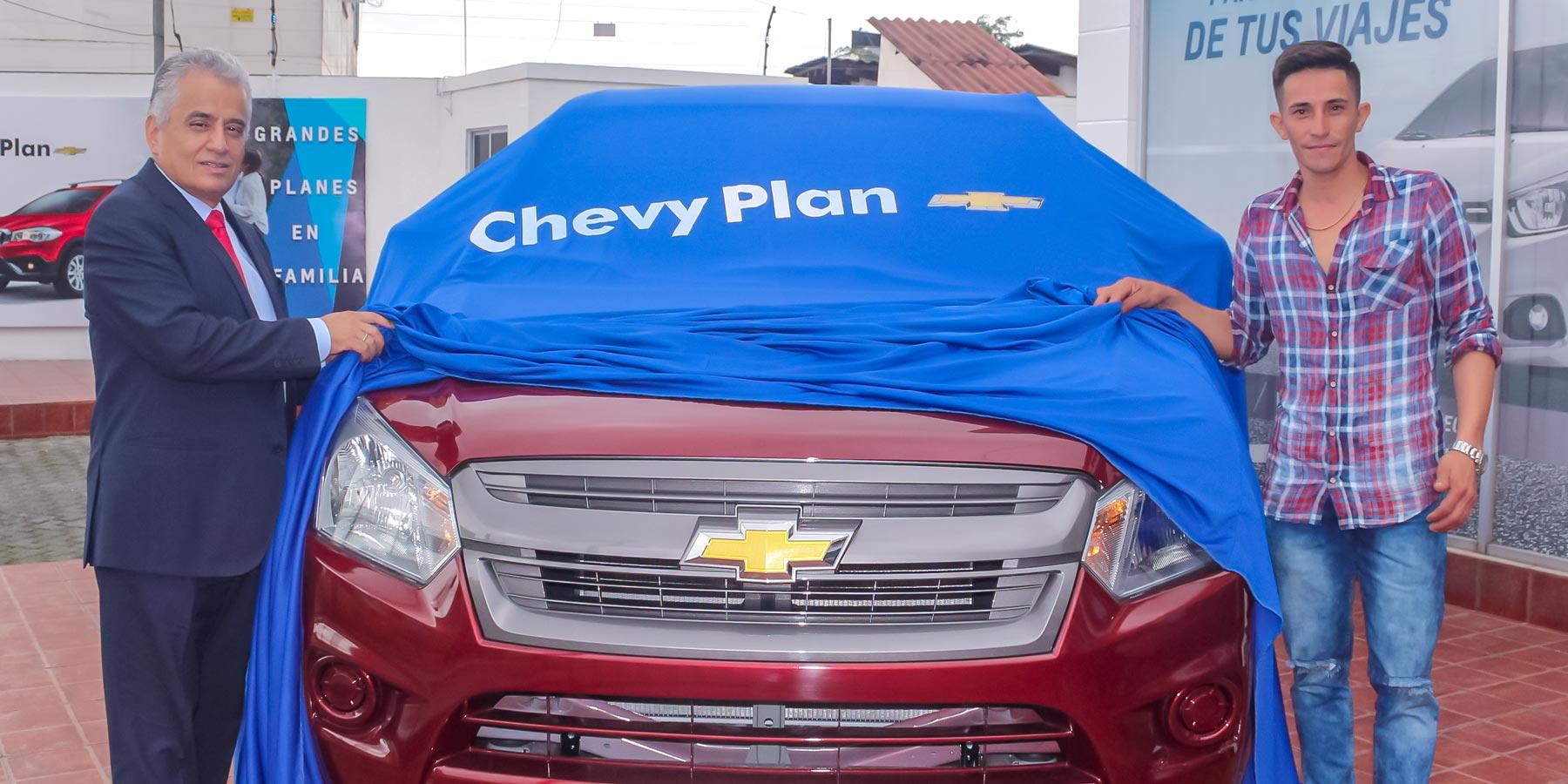 Pie de foto: (de izquierda a derecha) Édgar Torres, Gerente General Interino de ChevyPlan; junto a Édison Cedeño, planificador de una Chevrolet D-Max en la Asamblea de Santo Domingo N.193.