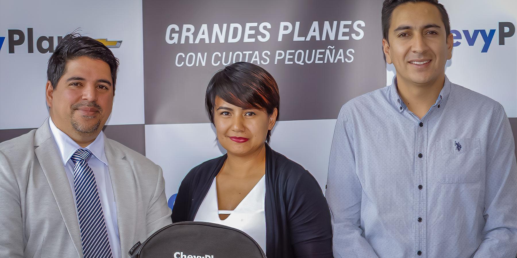 Pie de foto: (de izquierda a derecha) Rutman Lozada, Coordinador General de Operaciones de ChevyPlan; Doris Osorio, adjudicada de la Asamblea de Ibarra N.195; junto a Byron Pinargote, Gerente Nacional de Livianos Imbauto.