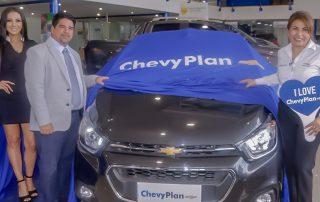 Pie de foto: (de izquierda a derecha) Rutman Lozada, Coordinador General de Operaciones de ChevyPlan; junto a Omaira Iturralde, planificadora de un Chevrolet Beat en la Asamblea de Ibarra N.195 de ChevyPlan.